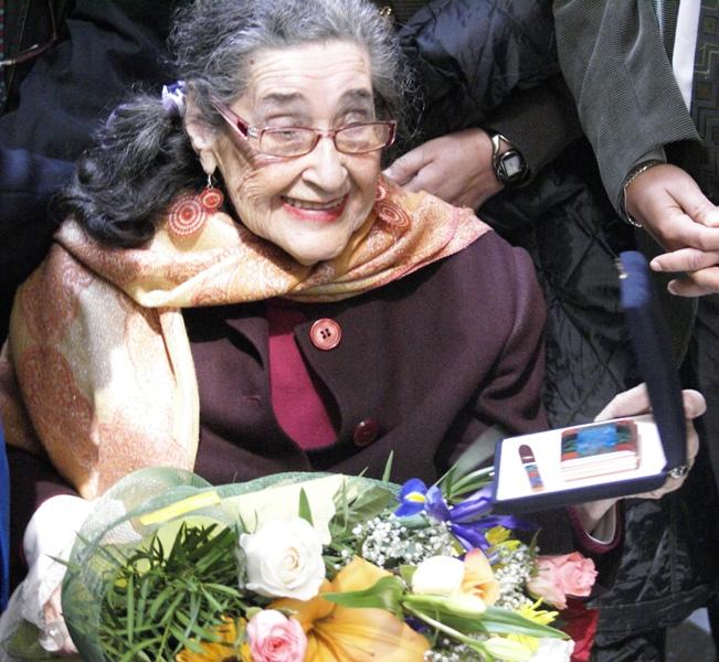 La profesora emérita recibió un ramo de flores y un reconocimiento por su trayectoria la misma semana en que cumple 94 años.